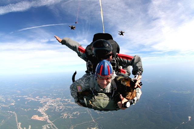 tandem-skydivers-713708_640