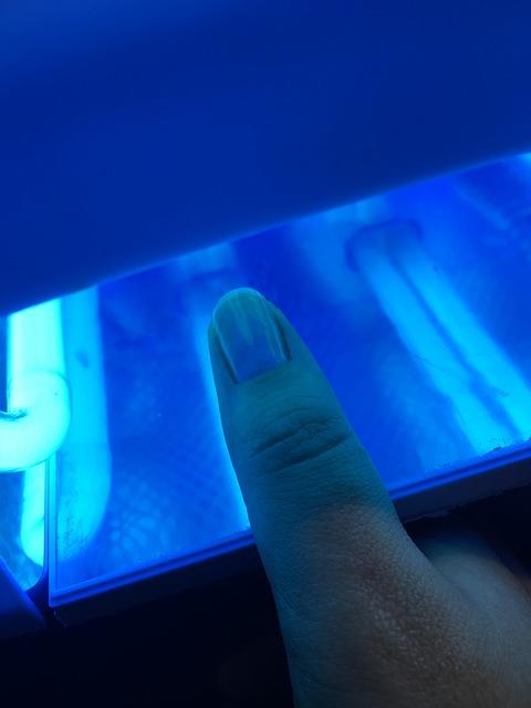 Koniec z hybrydami? Lampy UV/Led szkodzą zdrowiu